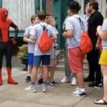 海外のディズニーランドにスパイダーマンが出現!ファンと交流後にマスクを外すと…⇒トム・ホランド本人!!